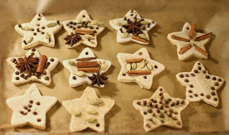 Kerst - Zelf heerlijk geurende kerstdecoratie maken - Chai Tea Salt Dough and Whole Spice Ornaments from Fun at Home with Kids
