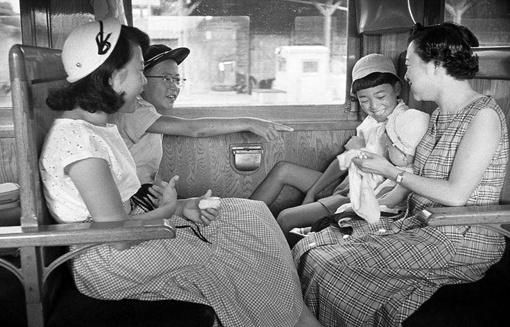 夏休みに家族で海水浴へ、1956年高山本線車中。