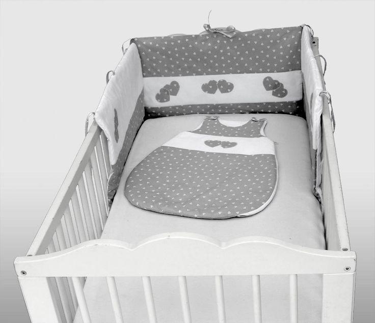 tour de lit 100% fait main; pour fille ou garçon,  la turbulette est aussi en vente ..  ce tour de lit est composé de 3 coussins avec des applications cœur  rembourré avec de la ouate de qualité, hypoallergénique,  des rubans satin pour l'attacher au lit  n'hésitez pas à me faire vos demandes spécifiques!