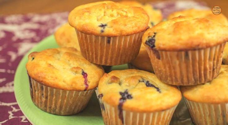 Estes muffins com iogurte, banana e mirtilo, do canal Tô Bem na Cozinha, são perfeitos para comer no café da manhã, de lanche e até mesmo como sobremesa.