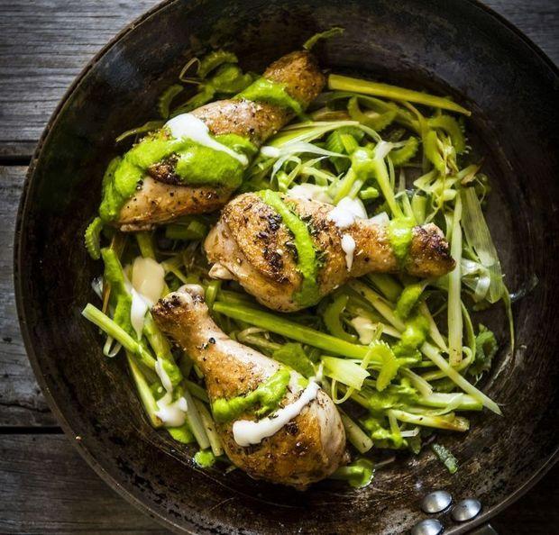 Gebraden kippenbout met gebakken prei, groene kruidenroom en plattekaas