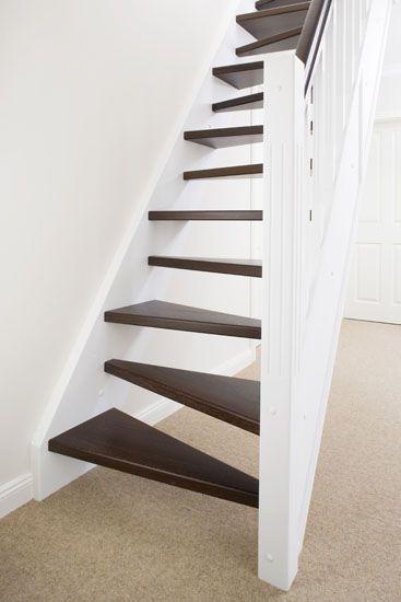 Gerade Raumspartreppe mit wechselseitig schräg gestellten Stufen; Stufen und Handlauf in der Holzart Wenge