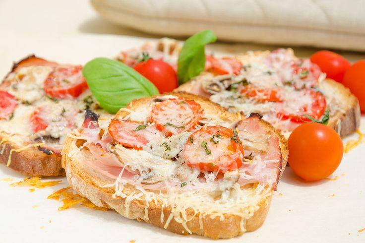 Varma mackor med svamp, skinka och parmesanost och även lite tomater. Toppat med lite basilika och svartpeppar och det var skrivit i sten att det skulle bl