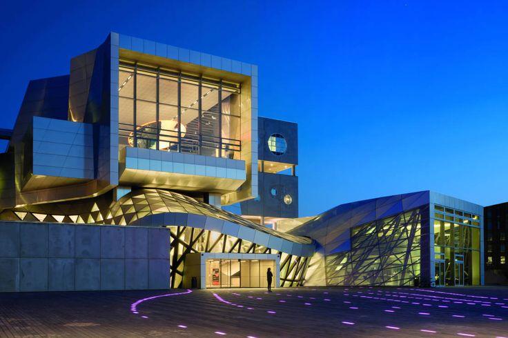 Das Haus der Musik im dänischen Aalborg wurde vom Wiener Architekturbüro Coop Himmelb(l)au als Kombination von Musikhochschule und Konzerthalle entworfen.