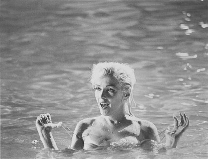 Marilyn Monroe poses naked in a swimming pool in series of