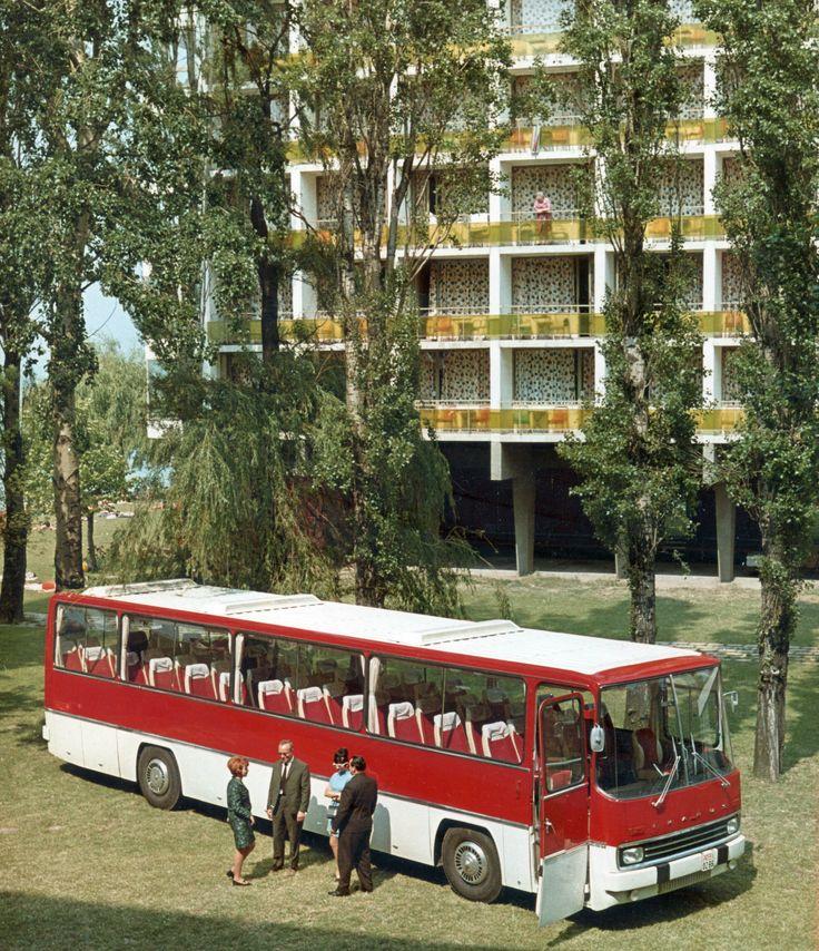1970 képszám: 69908 találat: 3503 / 5739 orig: FORTEPAN MAGYARORSZÁG SIÓFOK az Ikarus 250 típusú autóbusz prototípusa a Hotel Hungária előtt. Balról a második Finta László, a busz formatervezője.