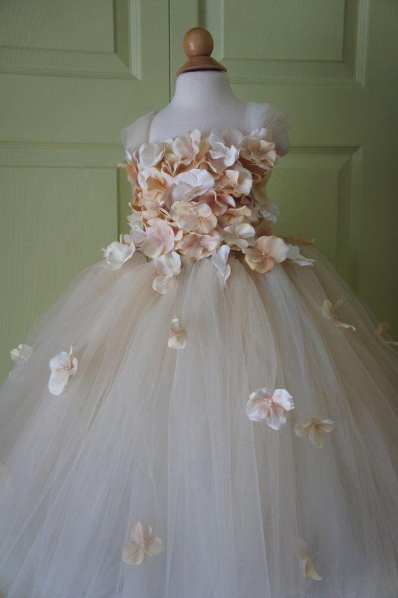 Schöne Farbe und schöne Design dieser Tutu-Kleid werden Ihre kleine Prinzessin glücklich machen. Ich habe die Embroideredthe vor dem Mieder mit Blumen und Perlen. Ideal für Geburtstagsfeiern, Festzüge oder Willen machen ein großes Foto zu stützen! Es werden für Blumenmädchen awesome besondere Hochzeitstorten.  Der Einfachheit halber die Spitze an der Rock mit Snap-Verschluss befestigt. Form der Blumen kann unterschiedlich sein, aber bis werden Hydrangea blüht.  Passende-Kopf Kranz…