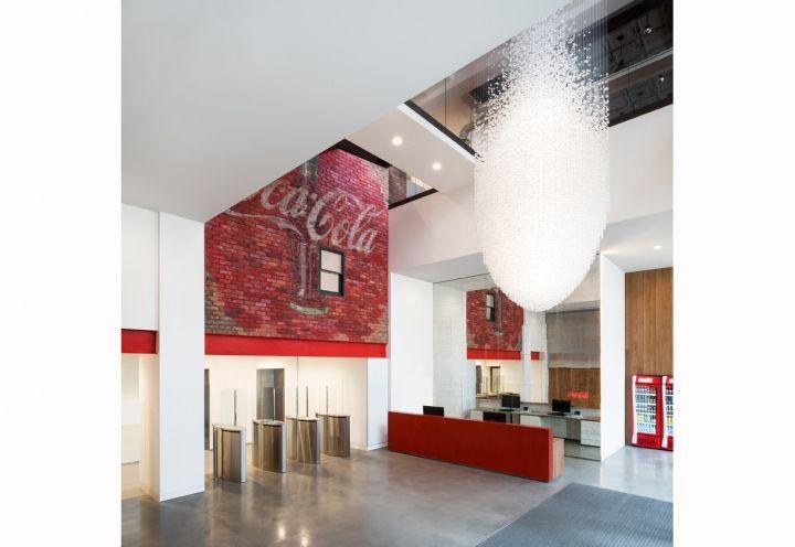 L'ingresso principale agli uffici Coca Cola progettati dallo studo MoreySmith. Foto Gilbert McCarragher