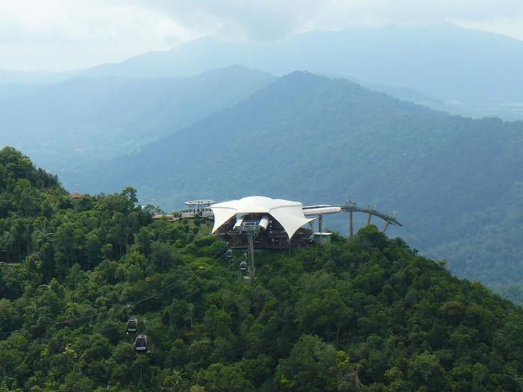 De Langkawi Cable Car op Langkawi Maleisie is een unieke ervaring. Bovenop de berg heb je een fantastisch uitzicht over de helderblauwe zee en al het groen op de bergen.
