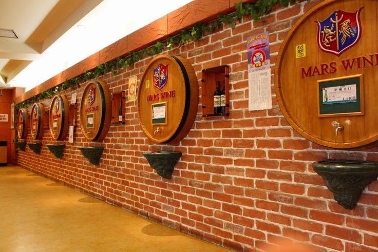 山梨県を代表する景勝地の昇仙峡。人気の観光スポットの1つですが、昇仙峡を訪ねたついでに是非とも立ち寄りたいのがワイナリー。フルーツ王国山梨には、美味しいワインを造るワイナリーが大小様々あるんです。 ここではその中から5つのワイナリーをご紹介! 1. シャトレーゼベルフォーレワイナリー フランス語で「美しい森」を意味する「ベルフォーレ」という名前のワイナリー。...