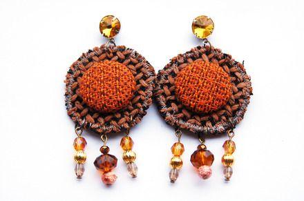 Orecchini  di tessuto pesante con bottone rivestito in stoffa e perle http://madebyeleonora.blogspot.it