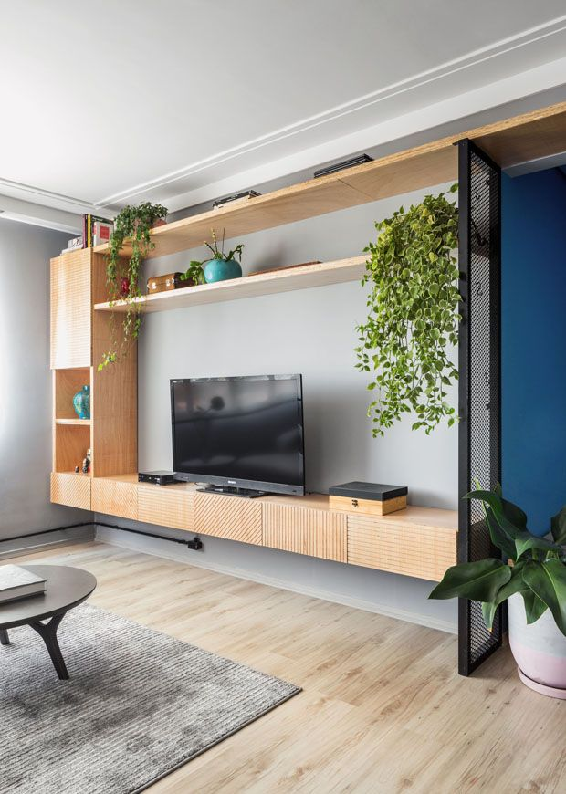 Marcenaria e tons claros tornam apartamento aconchegante e caloroso