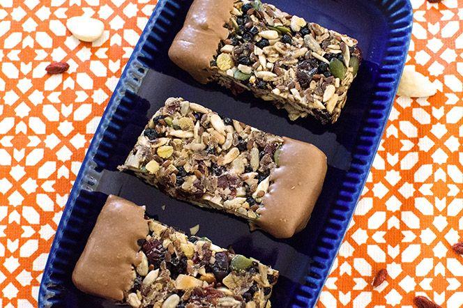Frukt- och nötbar med choklad | Kung Markatta - kungen av ekologiskt En bar full av knapriga nötter, frön och torkade superbär, doppad i din favoritchoklad. Perfekt som snack före eller efter träning.