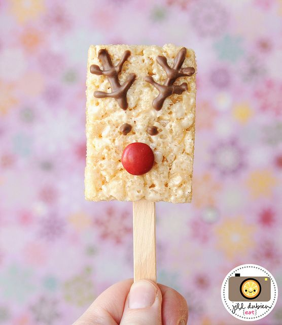 Love this idea for a Christmas reindeer themed snack on a stick! So simple yet so cute!