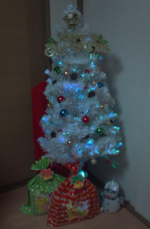 【ニックネーム】うめしゅわ 様 【ひとこと】ツリーの下と後ろにあるのは甥っ子たちへのプレゼント。すごく喜んで、めいっぱい遊んでくれました。楽しかった~! 【EINSHOPスタッフより】きらきらのツリーの下に、たくさんの夢がつまったプレゼント。甥っ子さんたちのはしゃいだ様子が目に浮かぶようです♪(*^^*)