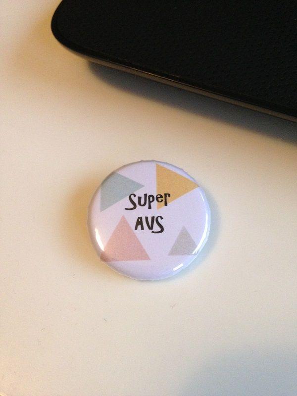 Super AVS. Badge parfait pour cadeau de remerciement pour son AVS. La Fée Ninova création d'accessoires et décoration. Venez voir la boutique.