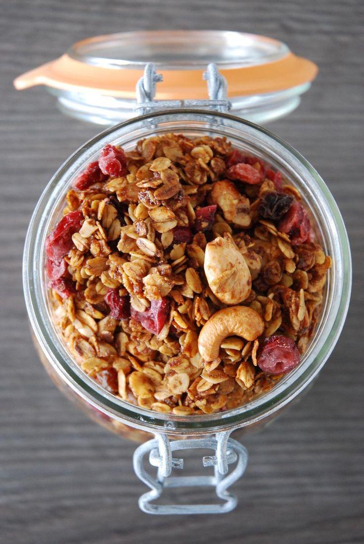 Cette recette de granola est juste à tomber là! Des flocons d'avoine caramélisés, super croustillants mélangés à des fruits secs.