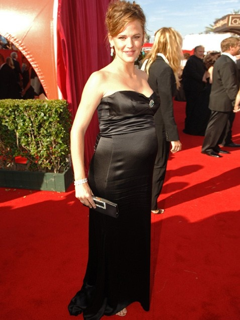 Jennifer Garner at the 2005 Emmy Awards  Black may be the most slimming choice, but this curve-hugging Badgley Mischka number showed off Jennifer Garner's body! The mom-to-be glowed at the 2005 Emmy Awards while pregnant with daughter Violet. After seeing her in this, we're certain hubby Ben Affleck was glowing too!