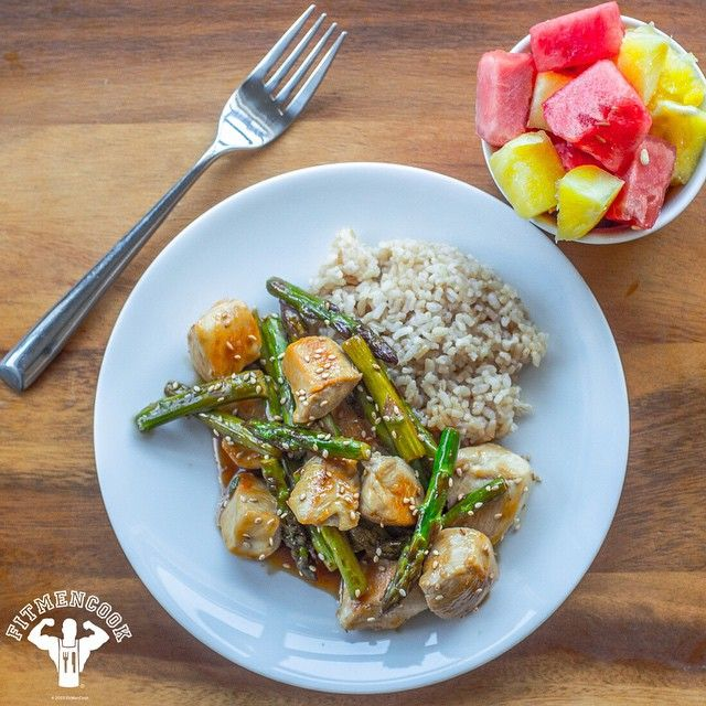 #Lunch & #postworkout meal prepared in 15-minutes: lemon ginger chicken & asparagus stir-fry with brown rice, chopped pineapple & watermelon as dessert. My meal with a 6oz chicken breast was 418 calories, 45g protein, 54g carbs, 3g fat, 5g fiber. I used Bragg's Liquid Aminos, fresh lemon juice, balsamic vinegar, ginger & honey to make the sauce. Full recipe is on FitMenCook.com - click the link in my profile or visit on your mobile phone. What was your lunch today? 🙌 Share your lunch to…