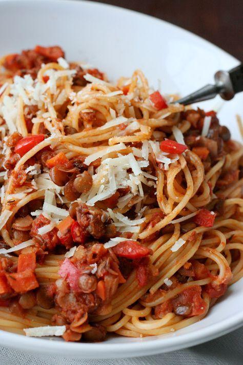 Die vegetarische Linsen-Bolognese ist einfach, herzhaft und vollgepackt mit typischen Bolognese-Zutaten.