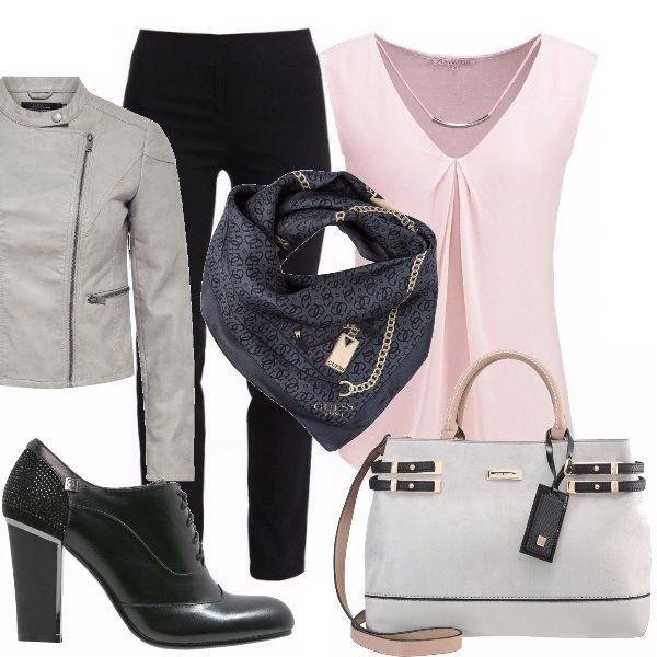 Si torna al lavoro con un outfit pratico e poco impegnativo! Pantalone nero regular, top rosa scollo a V. Giubbotto grigio per le ore più fresche. Foulard Guess per un tocco di eleganza. Francesina nera, tacco largo, borsa grigia con particolari neri e rosa.