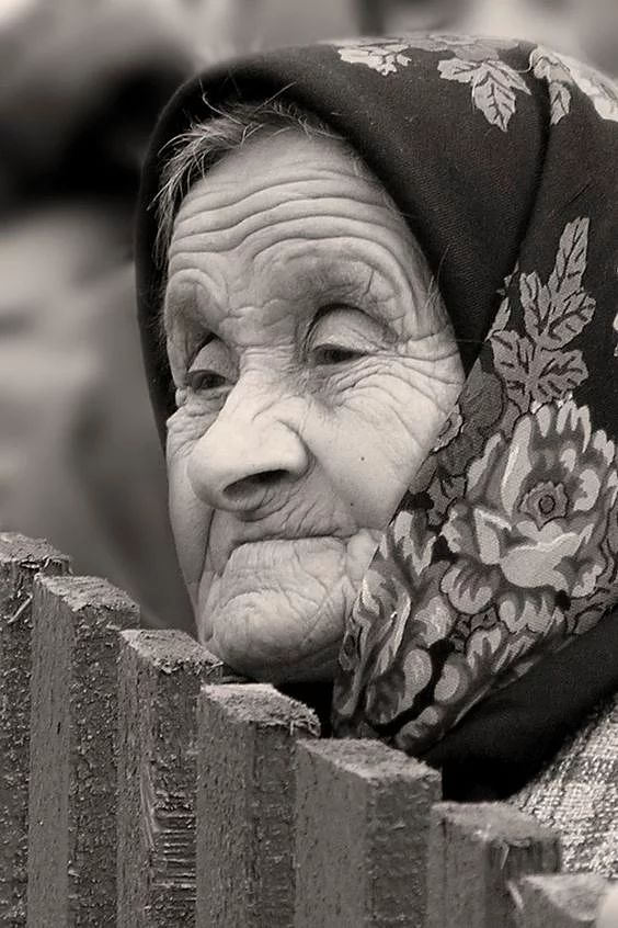 32 verschiedene Frauen, die Geschichte in tiefen Linien auf ihren Gesichtern leben