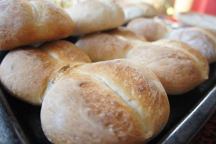 Marraqueta, pan batido o pan francés. Este pan se conoce con varios nombres y es un delicioso pan típico de Chile muy similar a la baguette francesa.