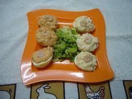 Como entrante o como primer plato. Fácil y deliciosa... http://comeconsalud.com/recetas-cocina/receta-huevos-con-gambas-y-salsa-rosa/