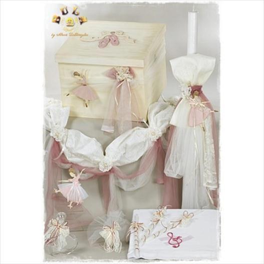 Το πακέτο περιλαβμάνει:  Ξύλινο κουτί βάπτισης,ζωγραφισμένο στο χέρι, θέμα μπαλαρίνες Λαμπάδα με δαντέλες, μπαλαρίνα Λαδόπανο , θέμα μουσική( πετσέτες,εσώρουχα,σεντόνι) Μπουκαλάκι Σαπουνάκι 3 κεράκια κολυμπήθρας 1 σετ μαρτυρικών(50 τεμαχίων) Μαξιλαράκι μαρτυρικών Διαβάστε περισσότερα: http://www.oraxaras.com/