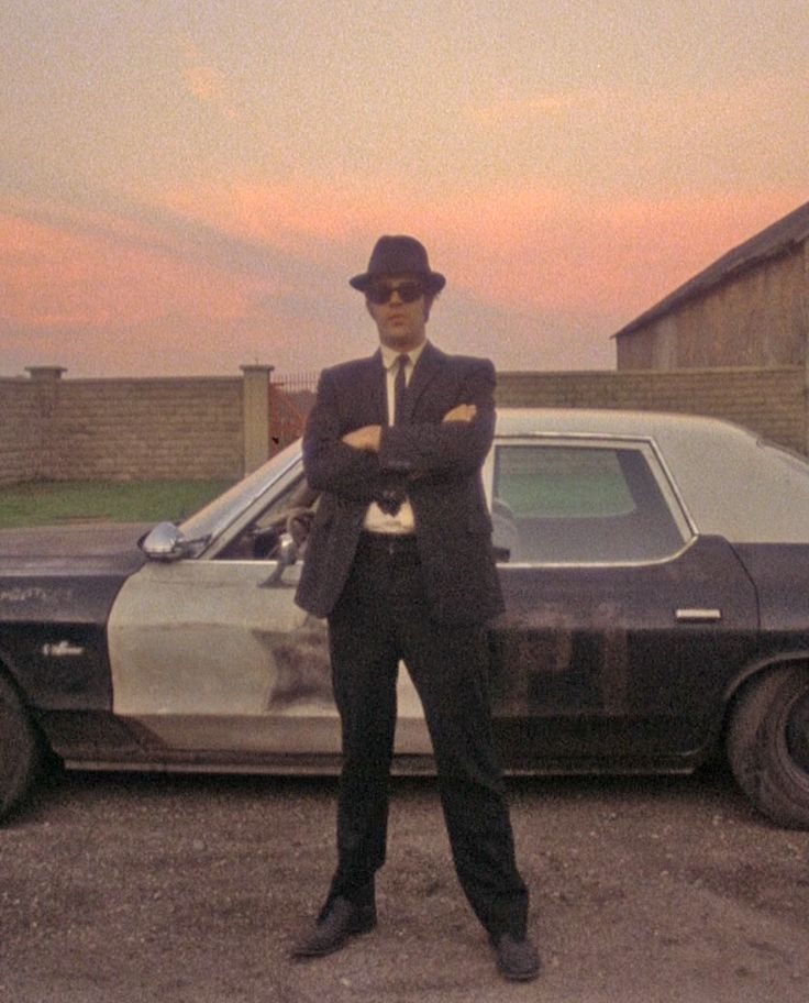 Dan Aykroyd as Elwood waiting for brother Jake to be released from prison.