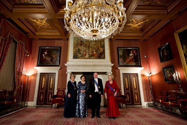 Amsterdam, 20 november 2012: Prinses Margriet, mevrouw Silvia Gašparovičová, de Slowaakse president Ivan Gašparovič en de Koningin poseren in het Paleis op de Dam voor aanvang van het Staatsbanket. President Gašparovič brengt een driedaags staatsbezoek aan Nederland.