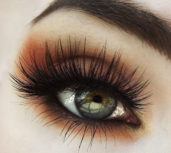Pretty soft brown all around the eye -pops for those light eyes.