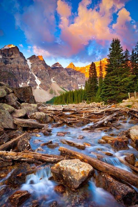 Lago Moraine O lago Moraine fica no Parque Nacional de Banff, no Canadá e é Patrimônio da Humanidade, listado pela Unesco em 1985. Situado nas montanhas Rochosas, na província de Alberta, Canadá, o lago Moraine possui apenas 0,5 km² de área.