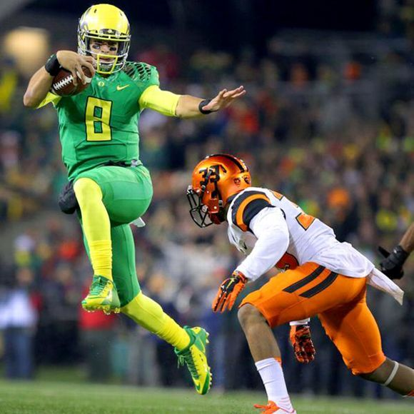 Marcus Mariota inadvertently strikes a Heisman pose during the Civil War.