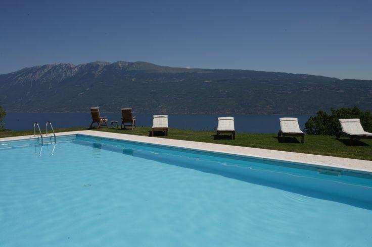 Schwimmbad mit Blick auf den Gardasee