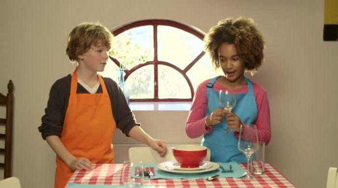 Kijk wat een handige video op Allerhande! Hoe dek je echt een tafel?