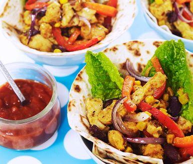 Här har vi en riktig favorit, kycklingfajitas med salsa. Kycklingblandningen får sällskap av fajitakryddor, bönor, majs och paprika när den steks i en het panna. Värm tortillabröden tills de blir härligt ljumna och fyll de med kycklingen, krispig sallad och en smakrik chunky salsa.