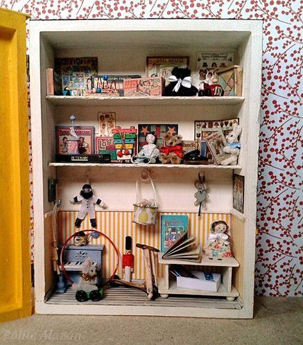 TOYS ROOMBOX - Escaparate de una tienda de juguetes en una caja de madera con puerta acristalada. Las dimensiones exteriores son 21,5 cm de alto, 17 cm de ancho y 7 cm de profundidad.