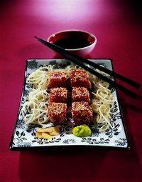 Tonijnblokjes met sesamzaad - Rauw voedsel: vitaminen - © Cuisiner cru/Solar Bereiding: 20 minuten - Voor 4 personen Ingrediënten: - 400 gr tonijnfilet - 50 gr sesamzaadjes - 1 koffielepel sesamolie - 1 koffielepel Japanse...