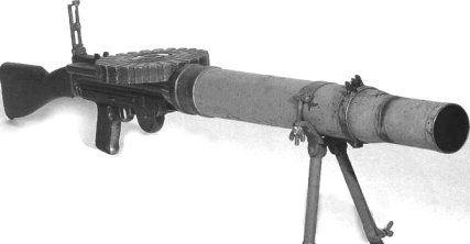 Ametralladora Lewis   La ametralladora Lewis fue diseñada en Estados Unidos antes de la Primera Guerra Mundial y fue usada en esta por las fuerzas del Imperio Británico. La Lewis es fácilmente identificable debido al amplio tubo de refrigeración alrededor del cañón y al cargador montado en la parte superior del arma.