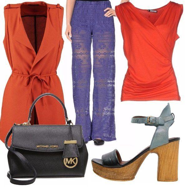 Oggi mi va di blu e arancione con una blusa aderente ai fianchi ma morbida allo stesso tempo, cardigan smanicato lungo e pantaloni in pizzo vedo non vedo in blu ivy. Sandali e borsa abbinati.