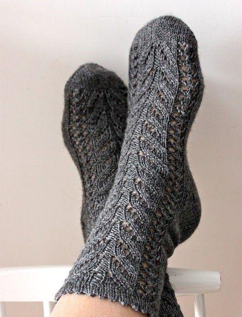Kyllä sukkatehtaalta vielä vaan pukkaa parit sukat viimevuotisten aika monien sukkien kaveriksi. Kolme kerää Regian harmaata sukkalankaa pit...