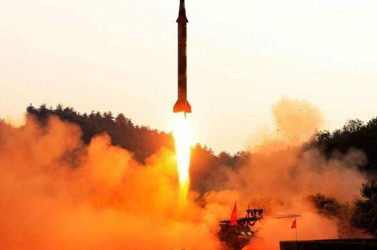 La Corée du Nord a tiré un nouveau missile balistique mardi, provoquant une vive réaction du président américain Donald Trump qui a demandé sur Twitter à Pékin de «mettre fin à cette absurdité une bonne fois pour toutes». Ce nouveau tir est intervenu le jour de la fête de l'indépendance américaine, quelques jours après un premier sommet entre les présidents américain et sud-coréen consacré à la menace nord-coréenne. Il s'inscrit dans une longue série d'essais de missiles en violation de…