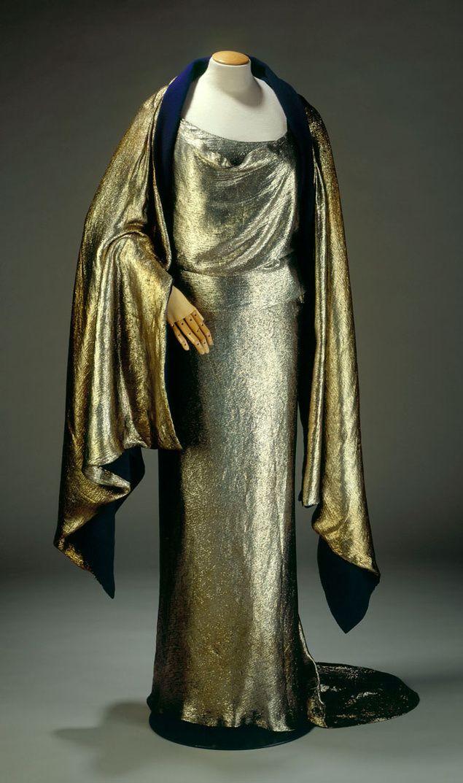 Vestido de noche dorado de Schiaparelli expuesto en el Museo de la Moda de París