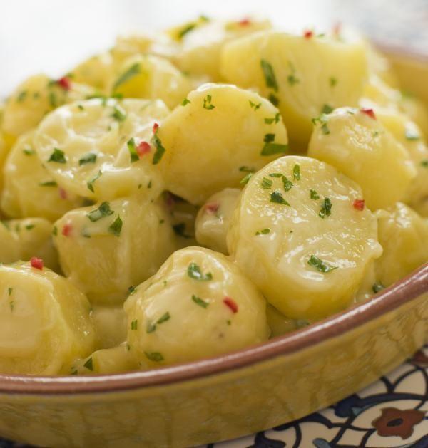 ► Cartofii se spală şi se curăţă usturoiul. Cartofii cu coajă, usturoiul, seminţele de muştar se pun într-o oală cu apă cu sare şi se fierb cca 25 de minute. ►Brânza de vaci se amestecă cu smântâna, se dă cu sare şi piper şi se amestecă cu verdeţurile. ► Cartofii şi celelalte ingrediente fierte se …