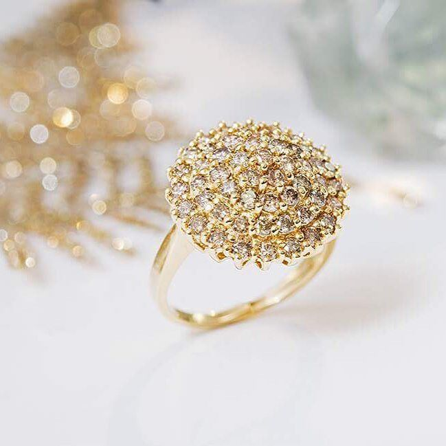 La star du jour est le Design Grappe !  Un assemblage de petites pierres fines dont l'effet éblouissant ne vous laissera pas de marbre   #juwelo #design #grappe #jewelrydesigner #jewels #bijouxtendance #bague #bijoux #diamants #or #gold #ring #beautylover #ringlover #like4like #jadore #zircon #neige #follow4follow #jewelrygram #instabijoux #jewelry #instamode #berlin #bijouterie #instagood #ootd #ootdfashion