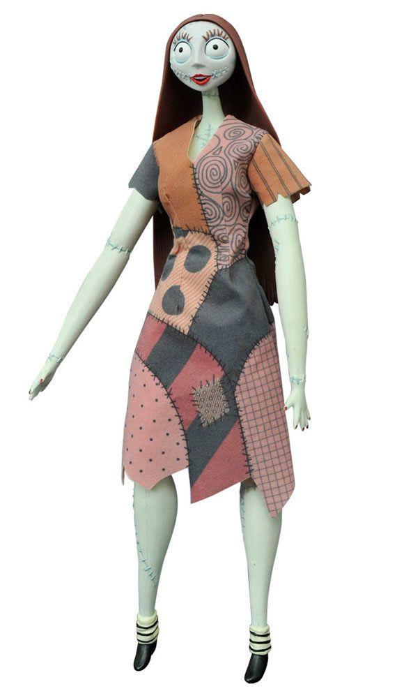 Muñeca Sally 36 cm. Pesadilla antes de Navidad. Diamond Select  Estupenda réplica del adorable personaje de Sally de 36 cm de altura, vestida con ropa de tejido real, articulada, 100% oficial y licenciada vista en la exitosa película de Pesadilla antes de Navidad. Perfecta como regalo.