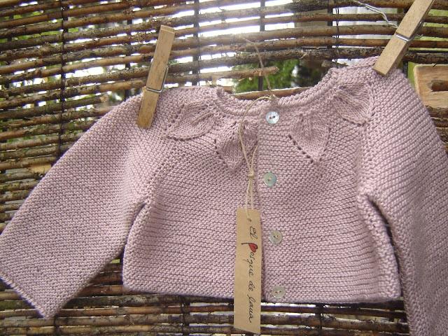 El bosque de lana: Colección bebé.... chaqueta con canesú de hojitas para niña