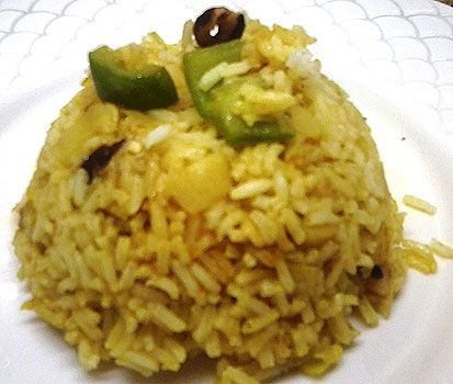 Cómo hacer Arroz frito al curry. Cocemos el arroz hasta que esté al punto, unos 15-20 minutos en abundante agua, con un poquito de sal y un chorrito de aceite.