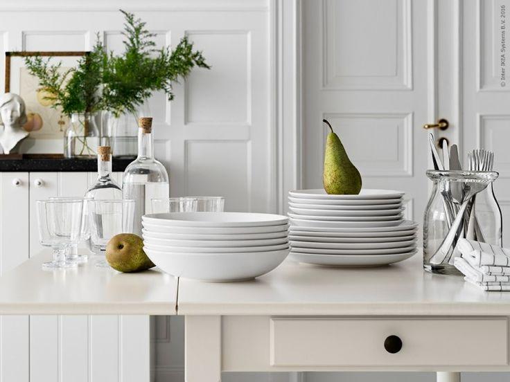 Gästerna kan komma! Vinterlunchen serveras på INGATORP klaffbord. FÄRGRIK servis, 18 delar, vit, IKEA 365+ vinglas, SINNERLIG flaskor och SEDLIG bestick i BEGÄRLIG vas.
